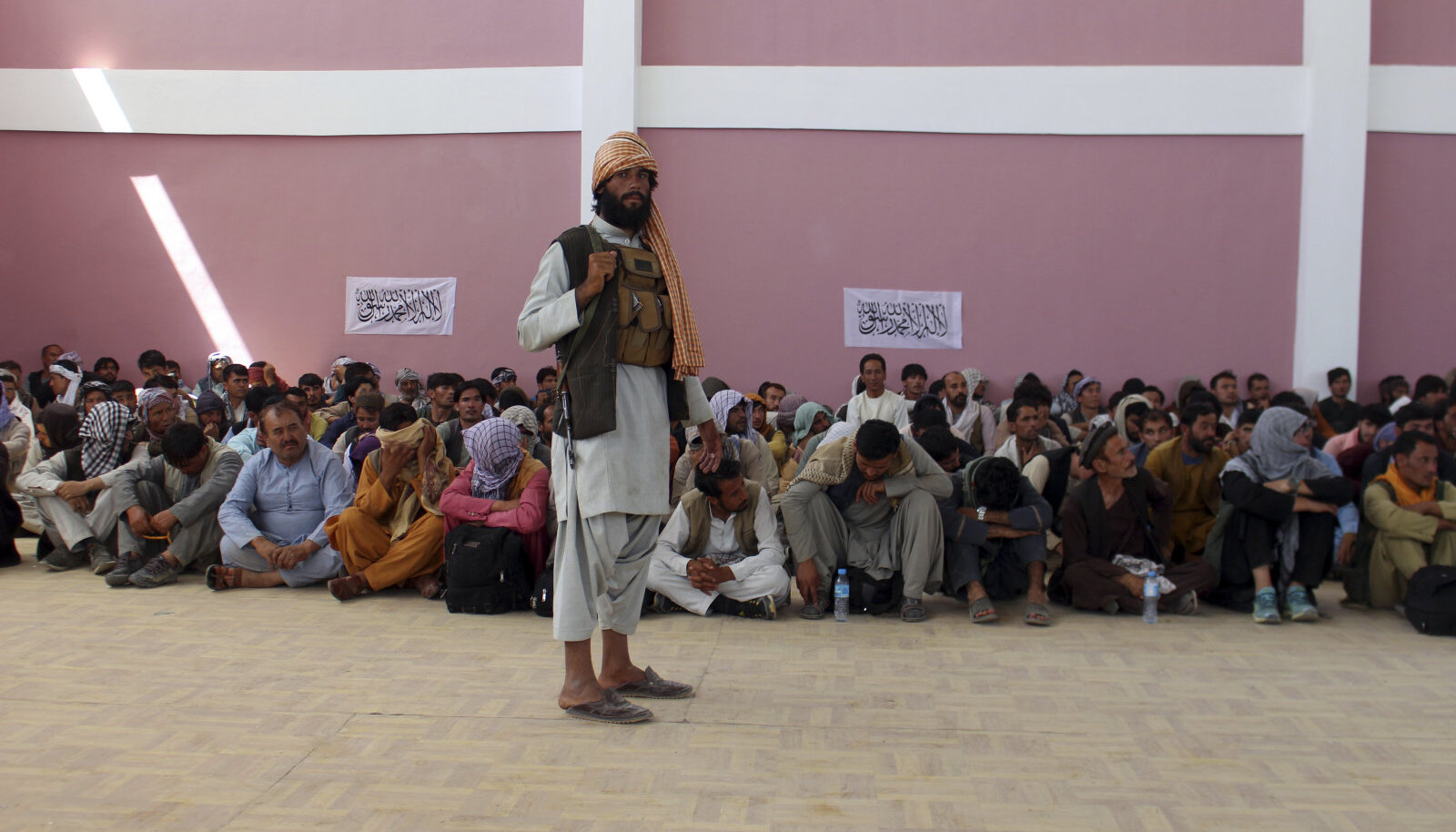 Talibani võitleja vangi langenud valitsusvägede meestega eile Kabulist loodesse jäävas Ghaznīs.