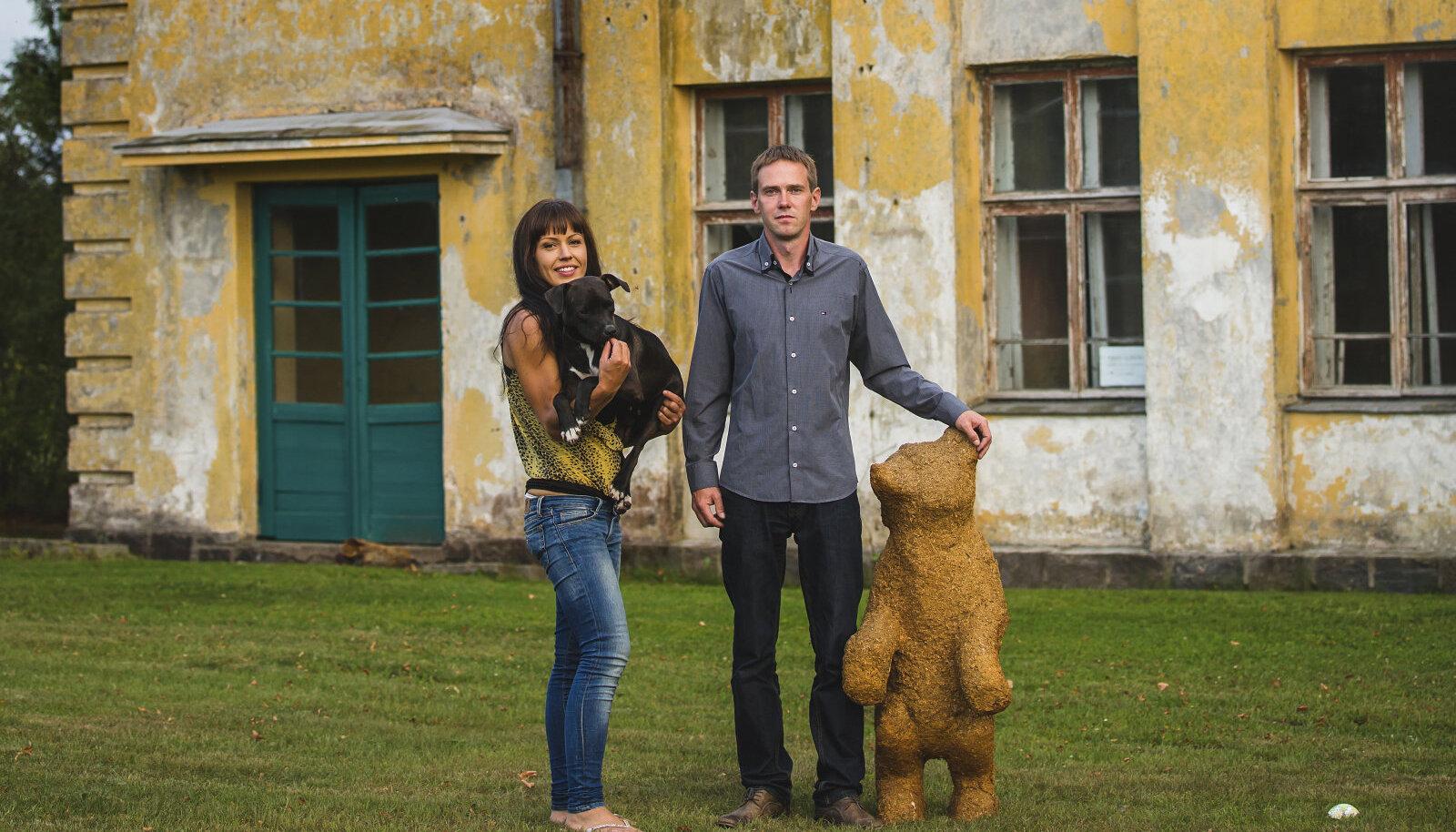 """Kas tunnete karu ära? See on üks kolmest mõmmikust, kes on René abil plehku pannud IvanŠiškini maalilt """"Hommik männimetsas"""". Maigi süles olev pitbull Dora jõudis Rootsi jaama tänu MTÜle HelpDog."""