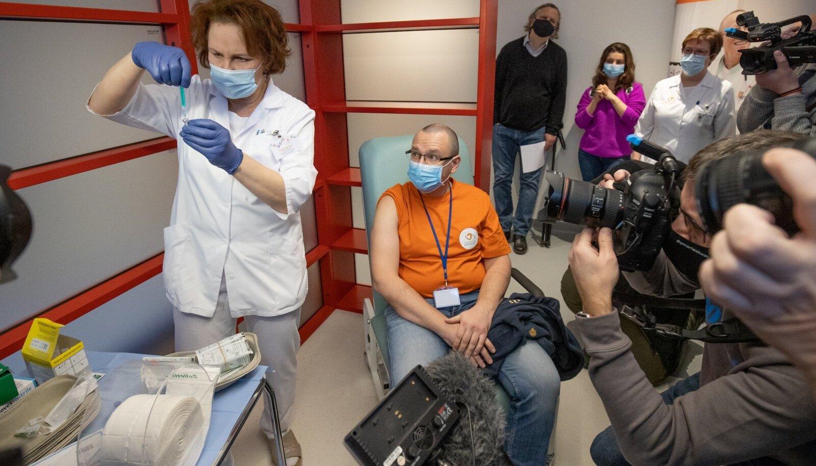 Eile Lääne-Tallinna keskhaiglas ühe esimesena kaitsesüsti saanud dr Arkadi Popov ütles, et koroonavaktsiin on üks leebemaid, mida tema on saanud.