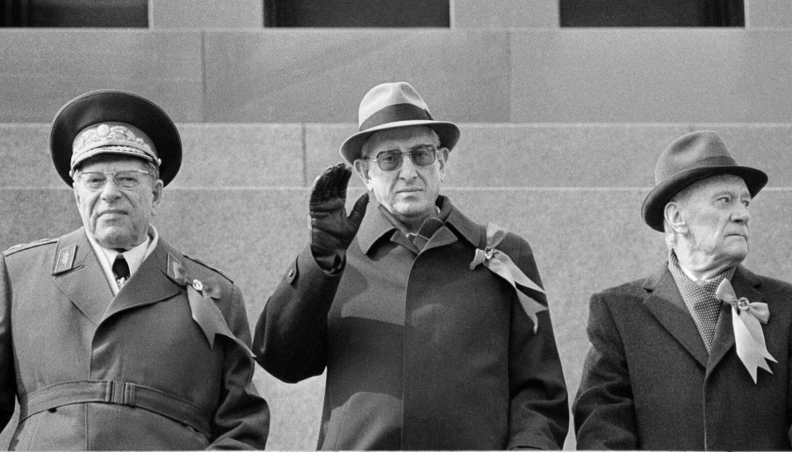 Kaitseminister marssal Dmitri Ustinov, Juri Andropov ja ministrite nõukogu esimees Nikolai Tihhonov Kremli tribüüni.