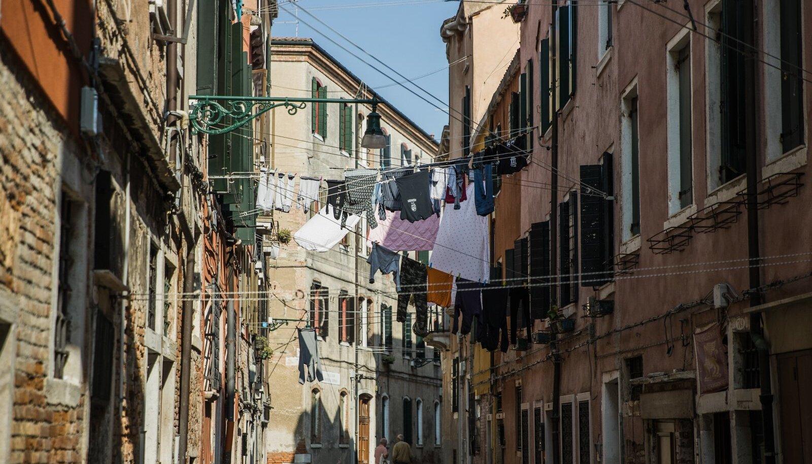 Tüüpiline Veneetsia tänav: ülesriputatud pesud vanade majade vahel