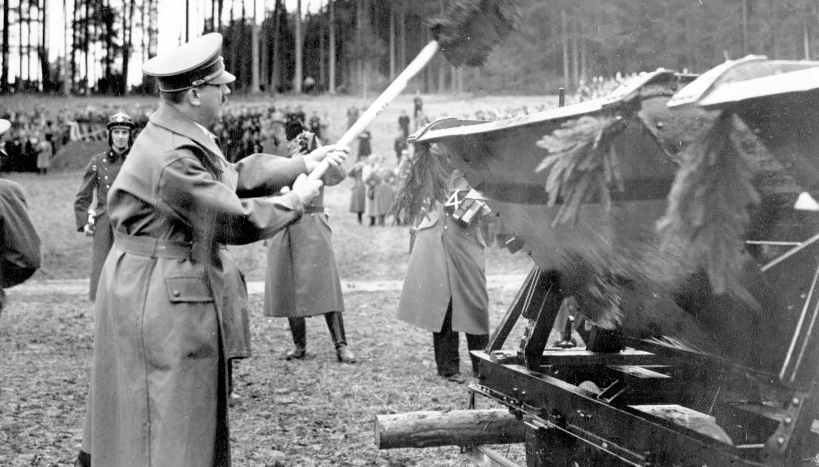 SIIT ALGAB AUTOBAHN! Adolf Hitler aprillis 1938 Salzburgi lähedal, kus alustati Reichsautobahni ehitamisega. Sakslastele teatati, et esimese mätta tõstis labidaga füürer isiklikult.