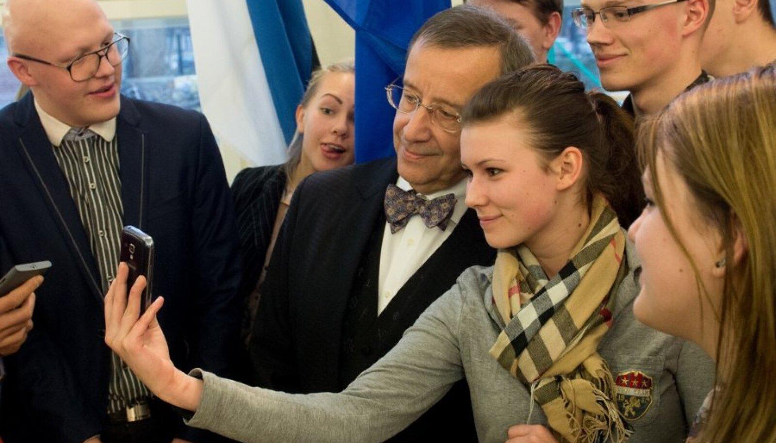 President Toomas Hendrik Ilves Kesklinna Vene gümnaasiumi õpilastega selfit tegemas