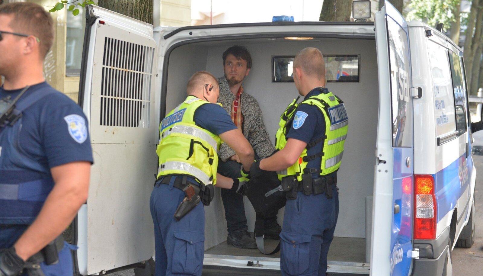 Jaan Hatto talus politsei poolt tabatud Meelis Kadalu 2015. aastal. Toona vahistati ta püüdluse eest USA saatkonna ees USA lipp põlema panna