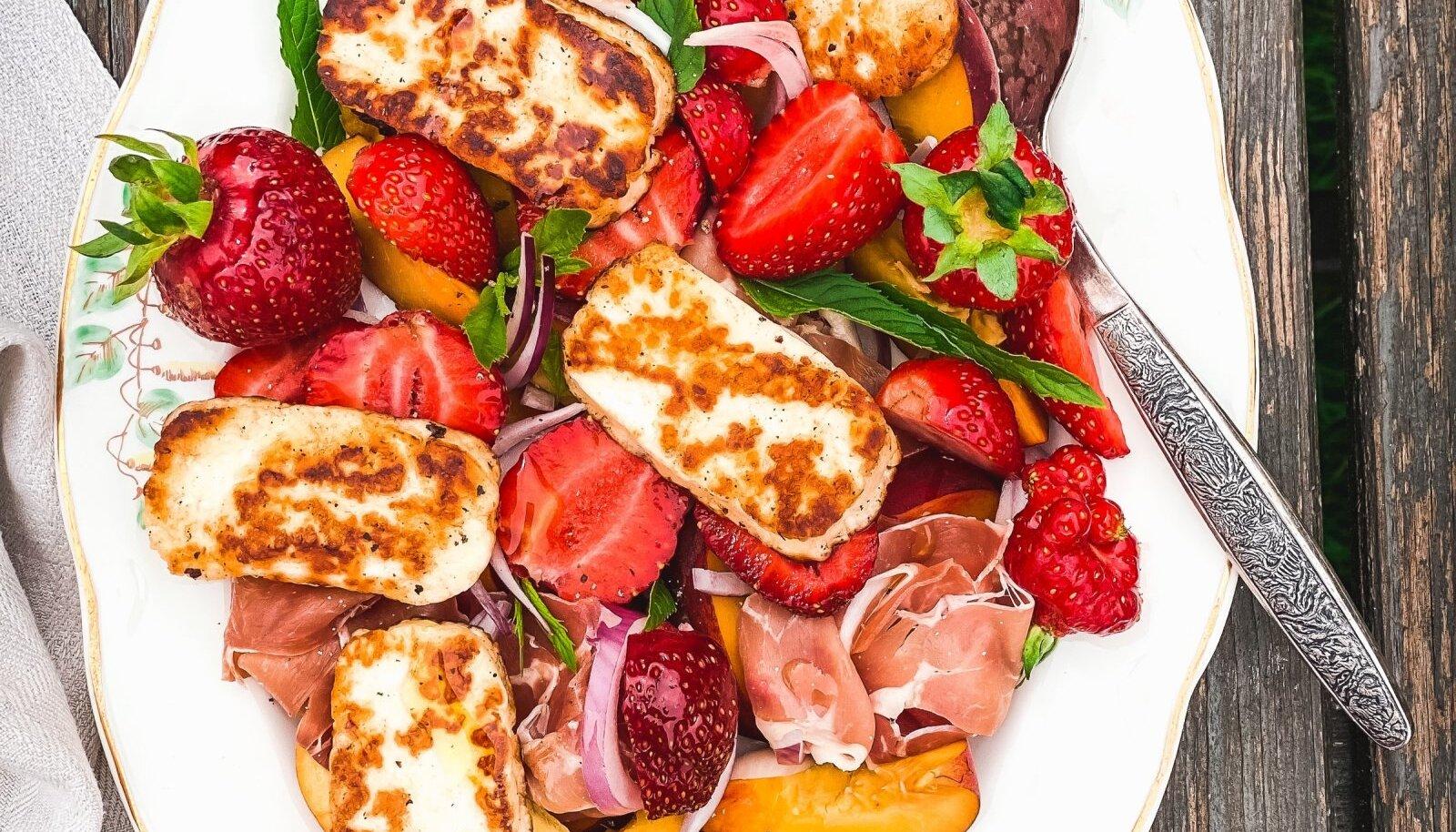 Suvine salat grilljuustu ja maasikatega