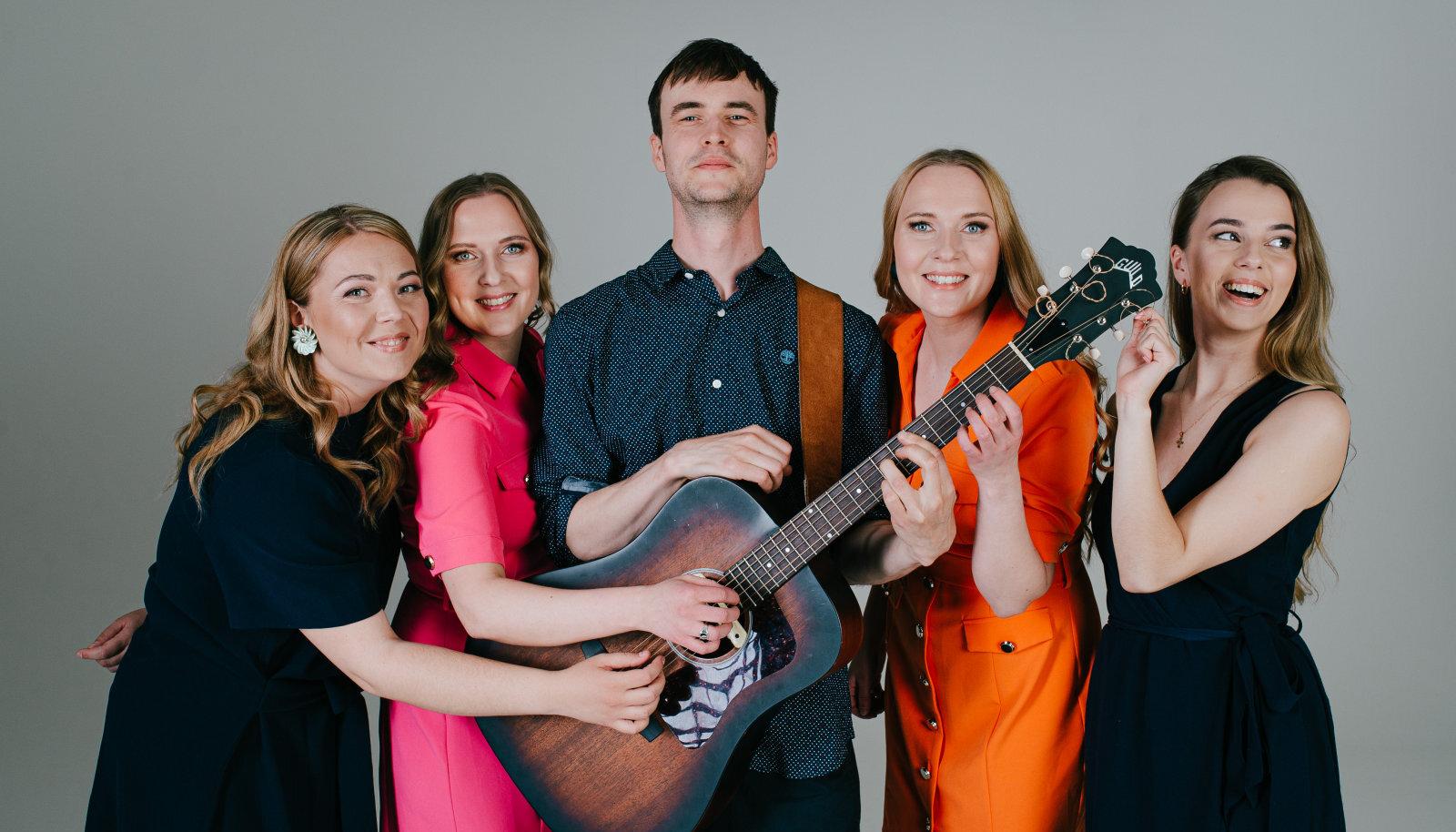 Kummarduse meistrile teevad vokaaltrio Swingin' Sisters, Marten Kuningas, Marianne Leibur ja instrumentaalansambel.