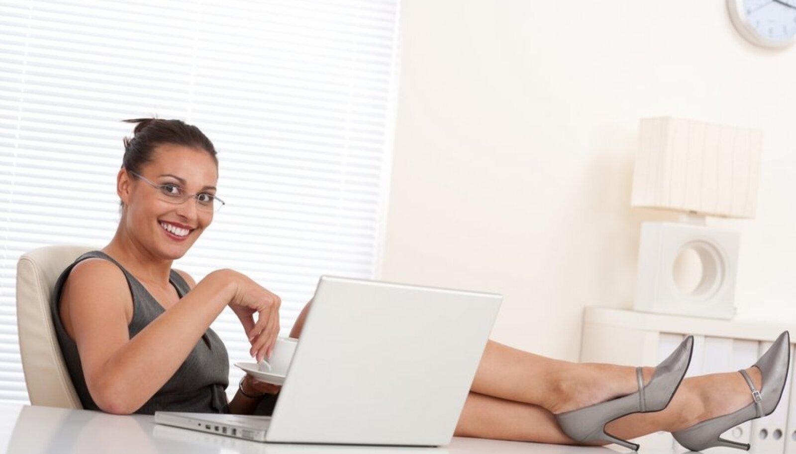 naine tööl