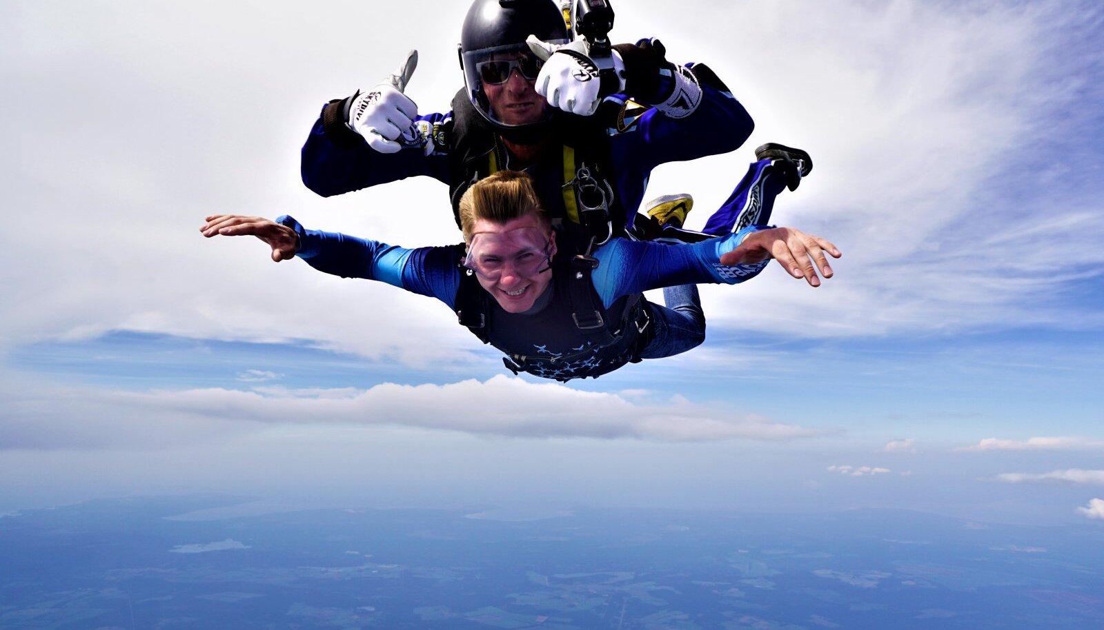 PEADPIDI PILVEDES: Uudo Sepp teostas oma unistuse – hüppas langevarjuga.
