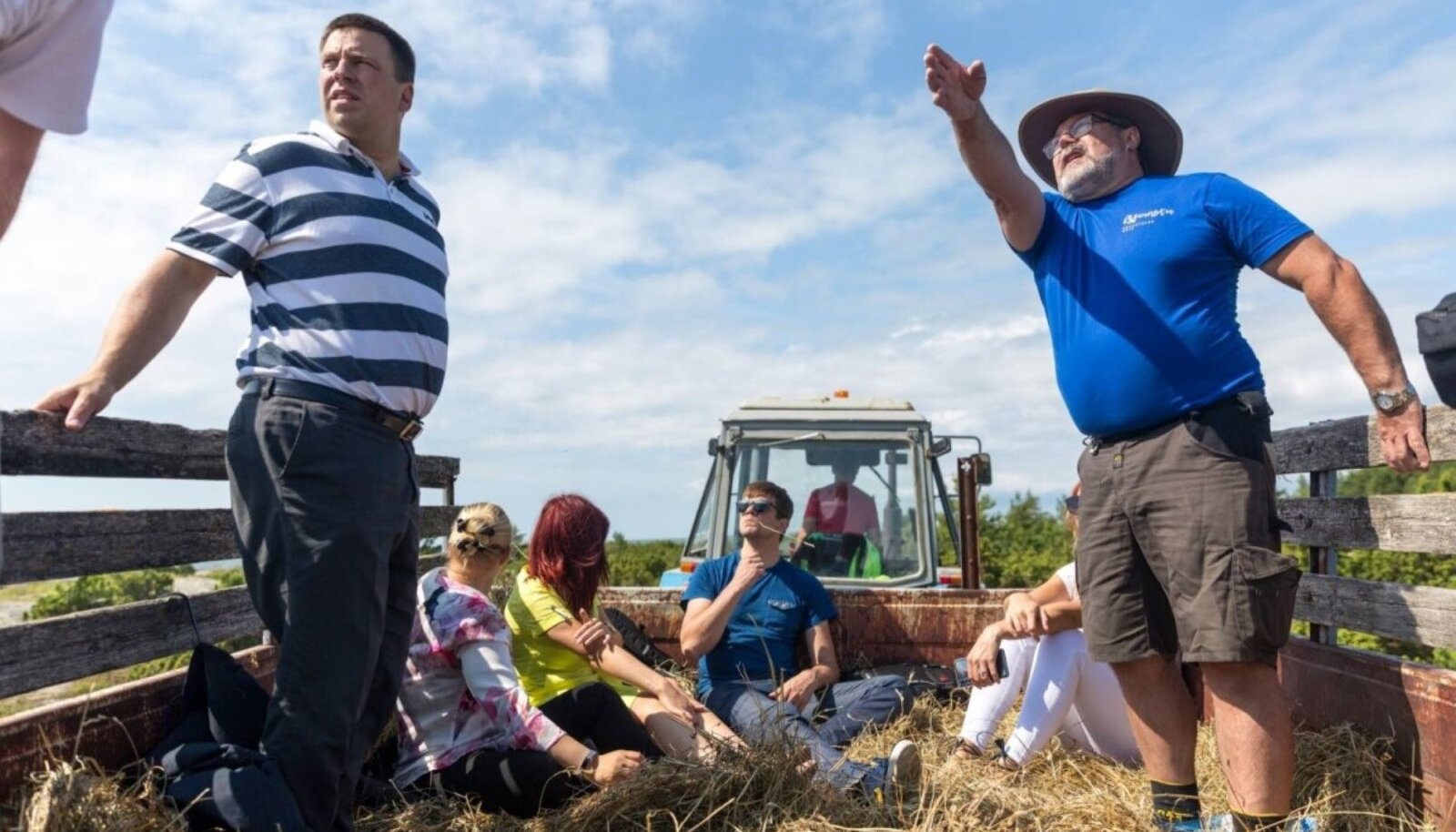 Jüri Ratas kaaskonnaga tutvumas Kõinastu laiu elanike muredega eelmise aasta suvel.