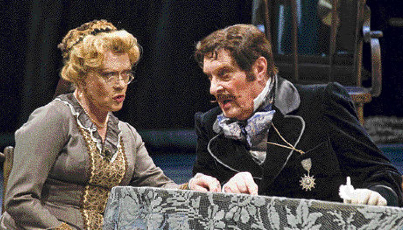 Pereema Maria Aleksandrovna (Alissa Freindlihh) sokutab oma tütart naiseks vanale, ent rikkale vürstile (Oleg Basilašvili).