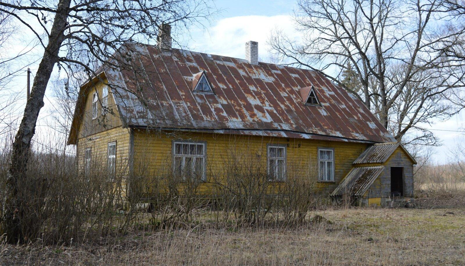 Ansomardi uus elumaja on ehitatud 1936. aastal, aga selle laudvoodrit poldud ilmselt sellest ajast saati värvitud. Enne mälestuskivi avamist kaeti maja seinad kollase õlivärviga.