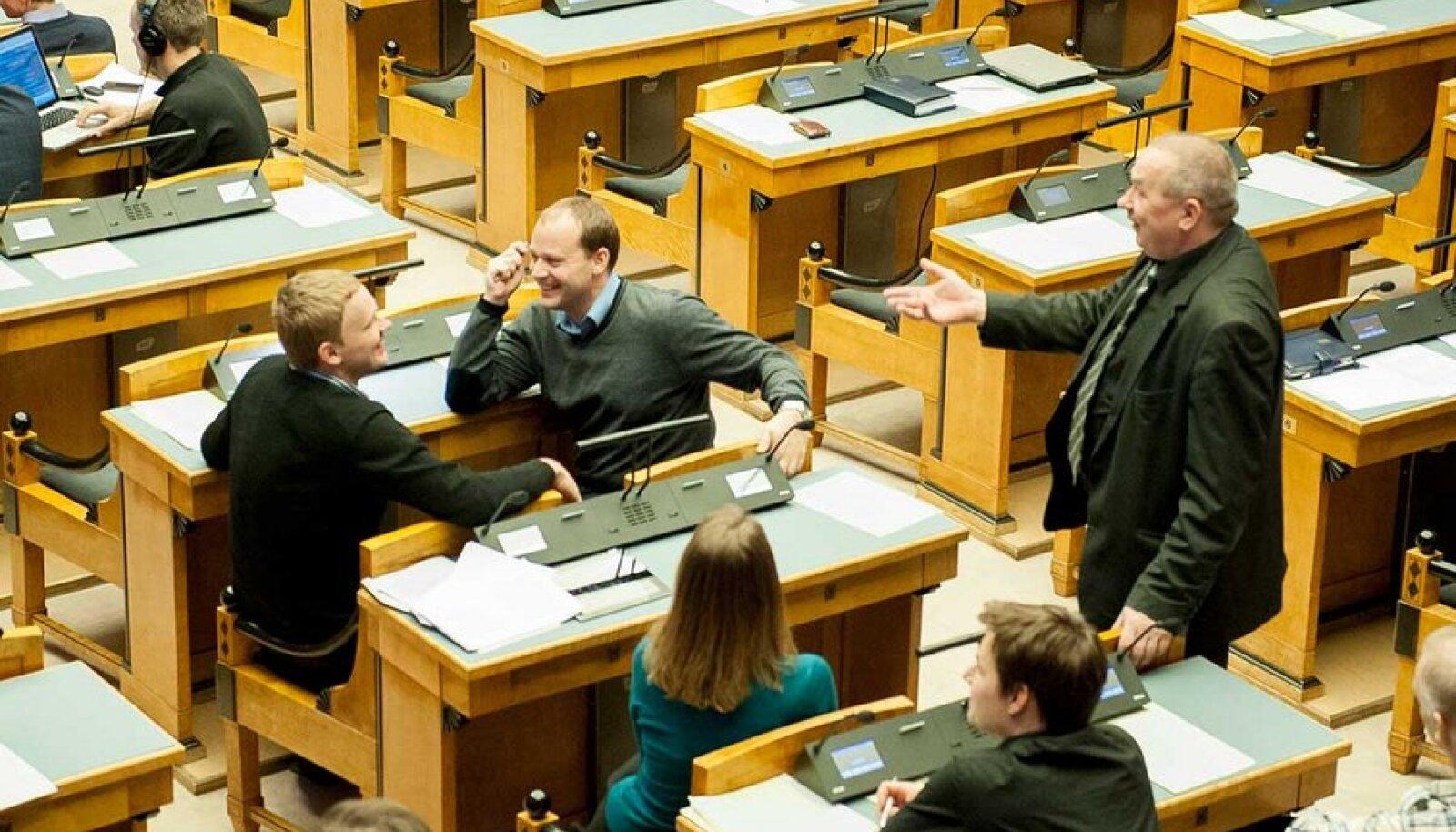 Riigikogu saadik, reformierakondlane Remo Holsmer (vasakul) peab sotsiaalminister Taavi Rõivasega kahasse firmat Gentle Touch. Erakonnakaaslane Arto Aas (keskel) on pigem investor. Pikaaegne ettevõtja on aga keskerakondlane Aivar Riisalu (paremal).