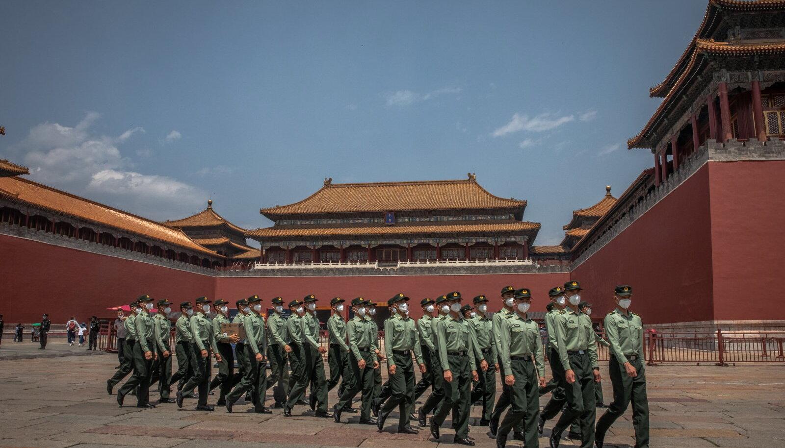 Hiina Rahvavabastusarmee (PLA) sõdurid eile Pekingis Keelatud linna sissepääsu ees. Riiklik Rahvakongress kogunes eile.