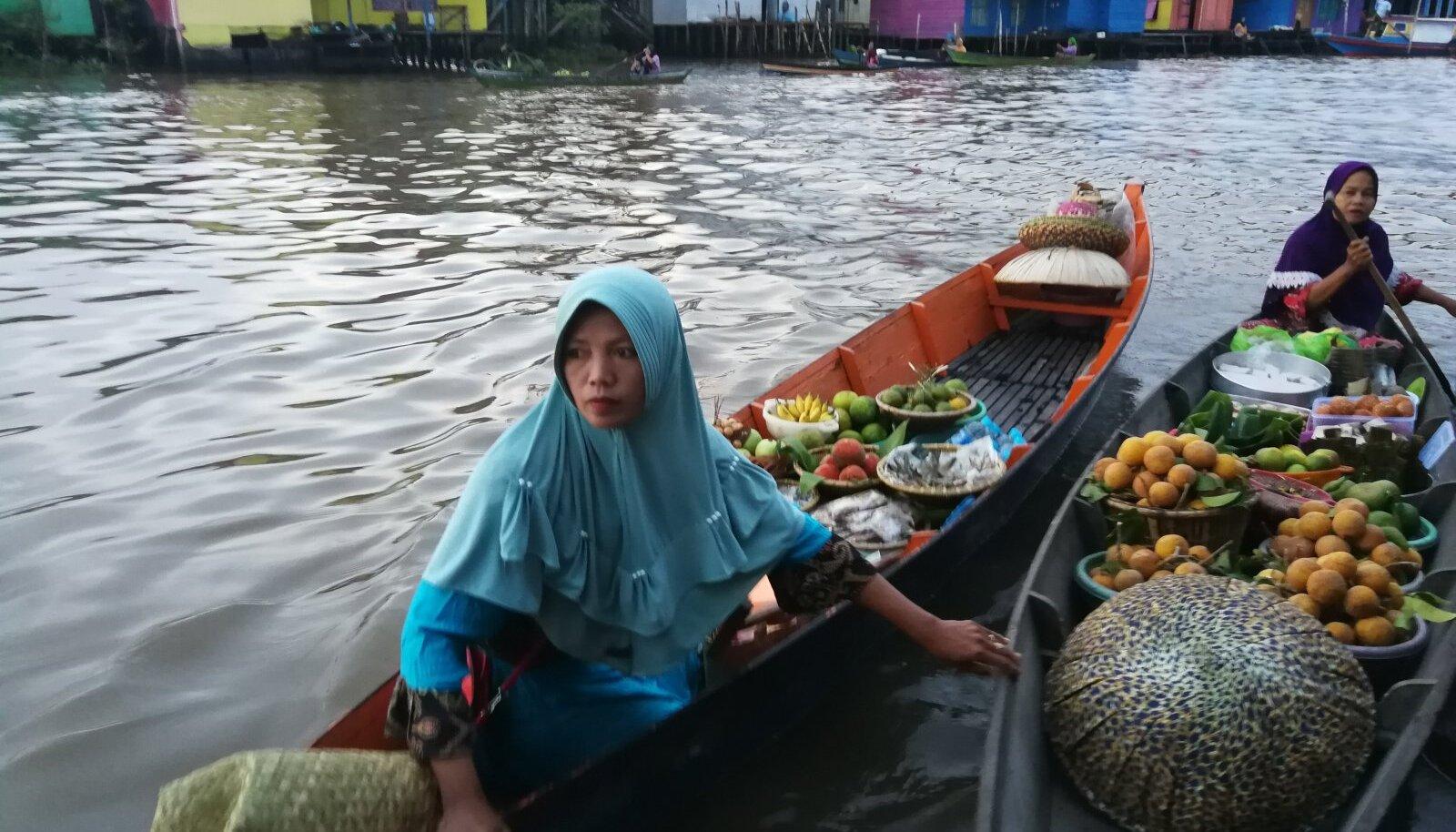 Hommikune jõeturg Kalimantanil.