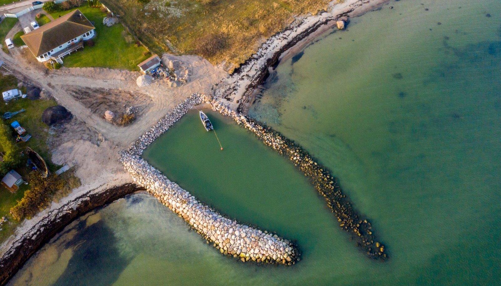 Valdur Kahro ebaseaduslikult Rohuneeme randa rajatud sadam, kivide ladustamine Rohuneeme maastikukaitsealal