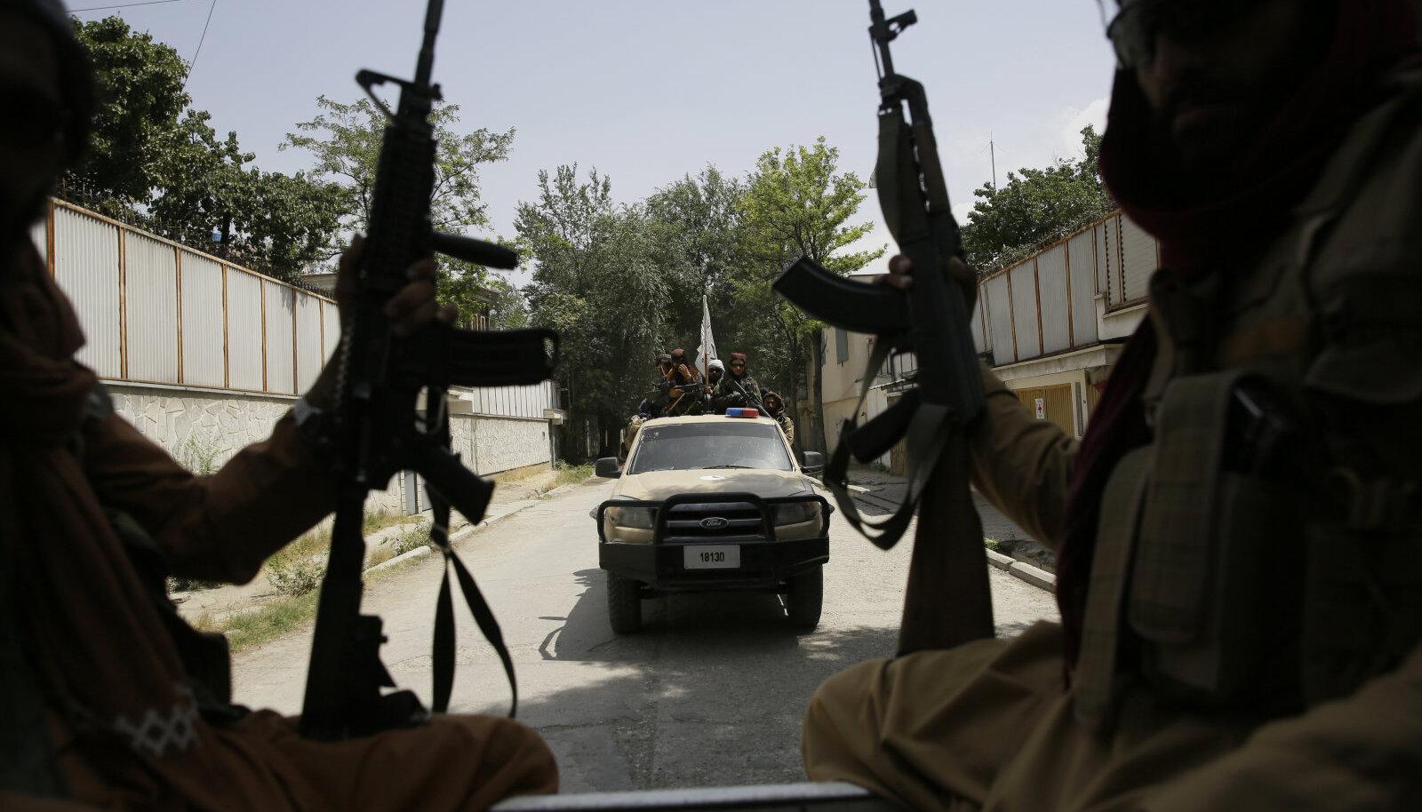 Talibani võitlejad eile pealinnas Kabulis patrullis.
