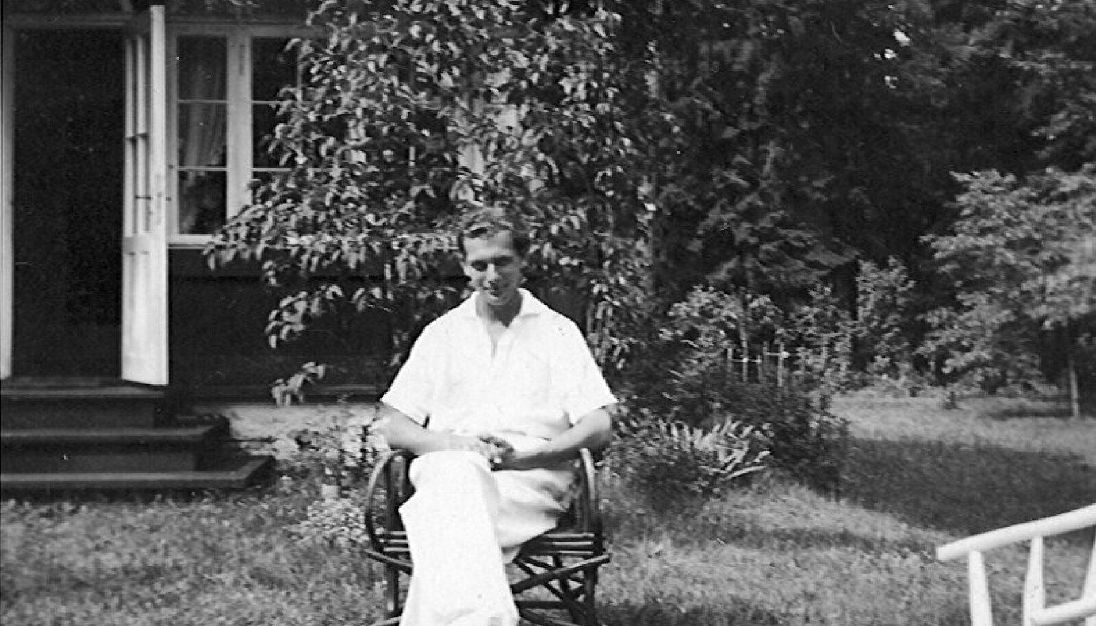 Яан Кросс в 1939 году на даче родителей своей первой жены Хельги Педусаар в Клоога.