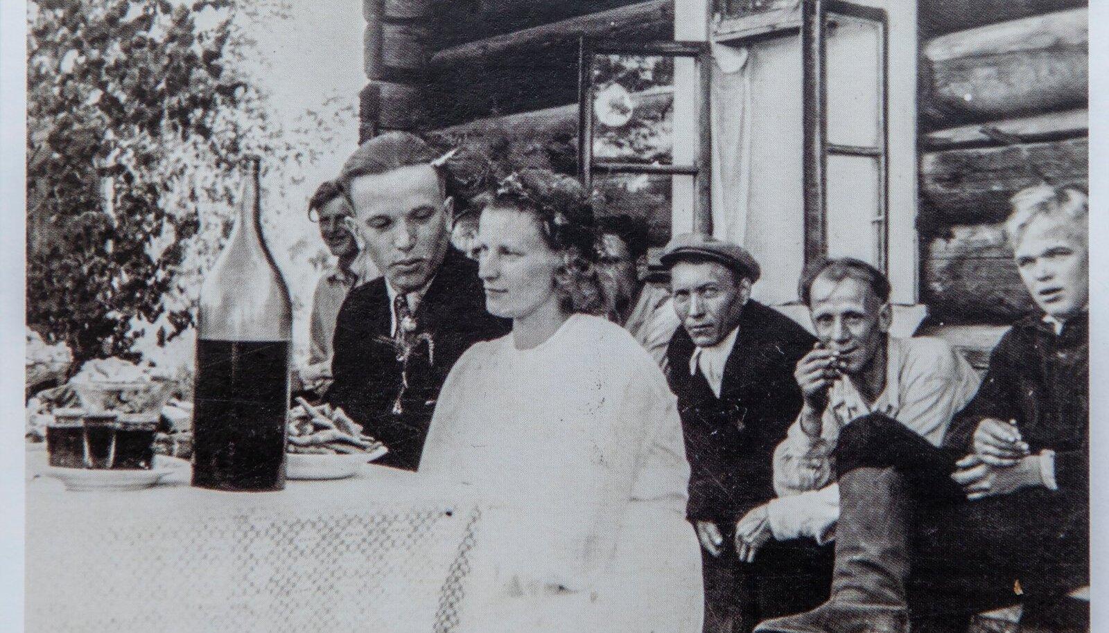 Plaadiga koos oleval postkaardil on Elmi ja Eindri Kurg oma pulmapäeval Liliengolfi külas Tomski oblastis 1957. aastal.