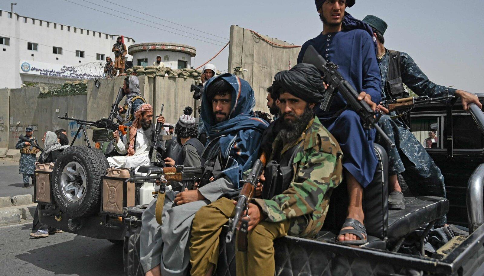 Relvastatud Talibani võitlejate kohalolu heidutab naisi kodust väljumast.