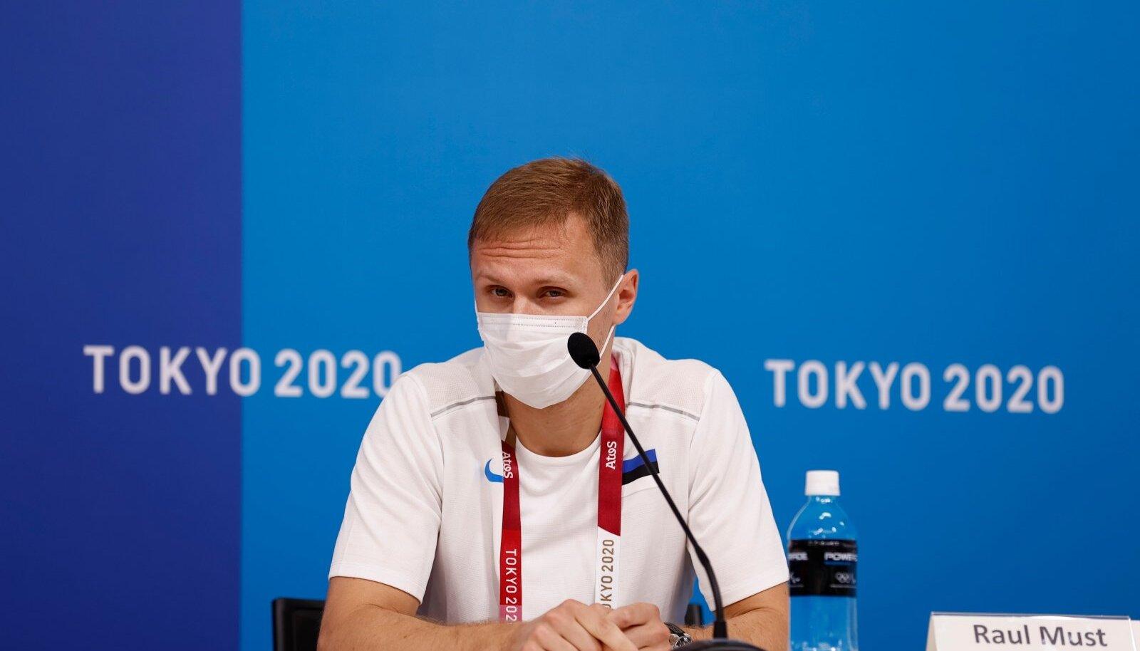 Raul Must Tokyo olümpiakülas pressikonverentsil.