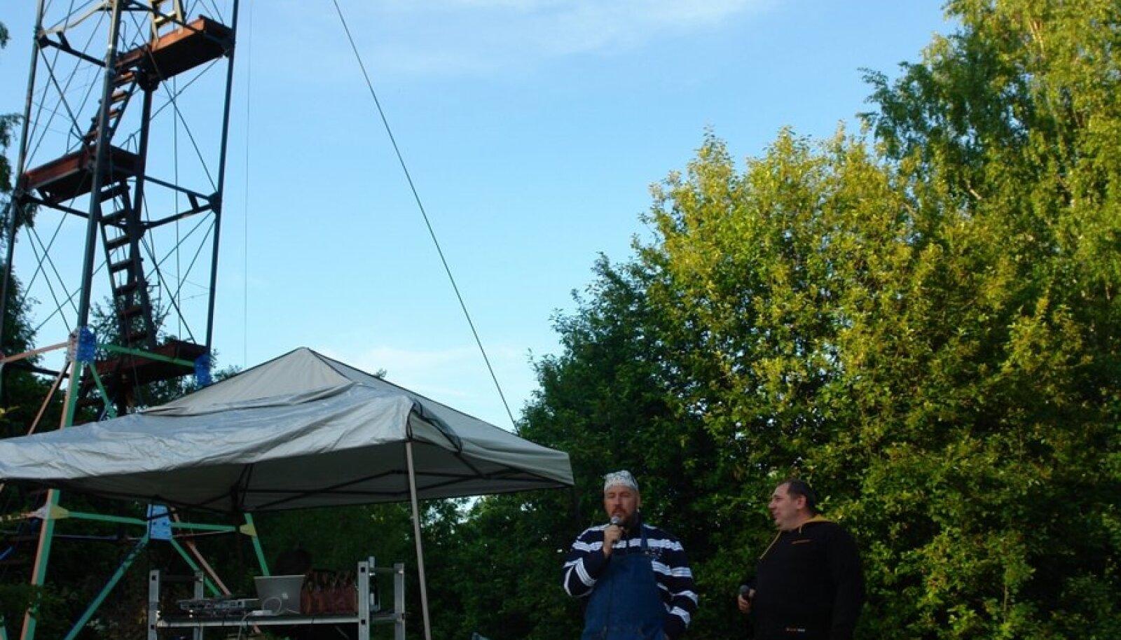 Poolsaare raadio algataja Artur Talvik intervjueerib avasaates tulevast DJd Aivar Jürimetsa (Foto: Sõnumitooja)