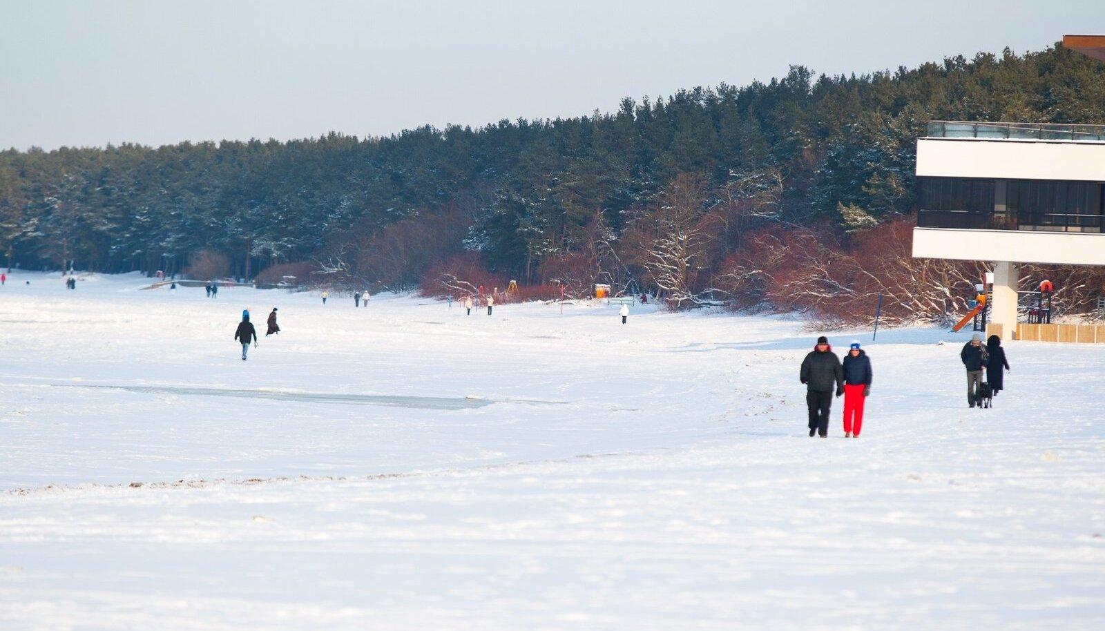 Rahvas talvises rannas