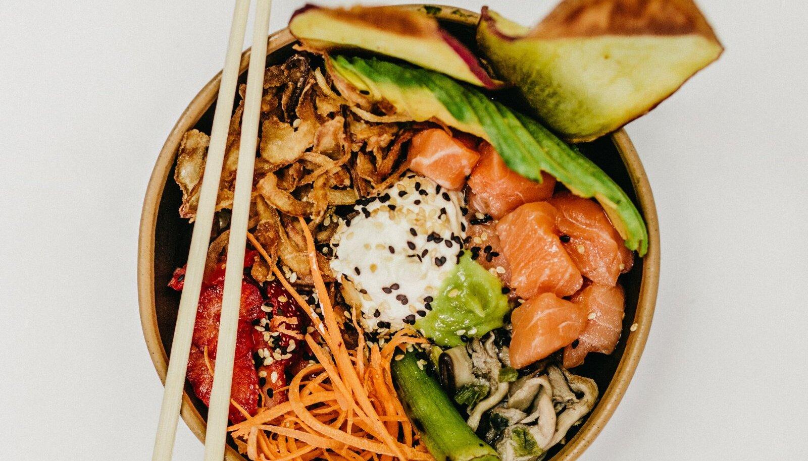 Toiduajaloolase Rachel Laudani andmeil muutus poke sellisel kujul, nagu me seda salatit praegu tunneme, populaarseks 1970. aastatel.