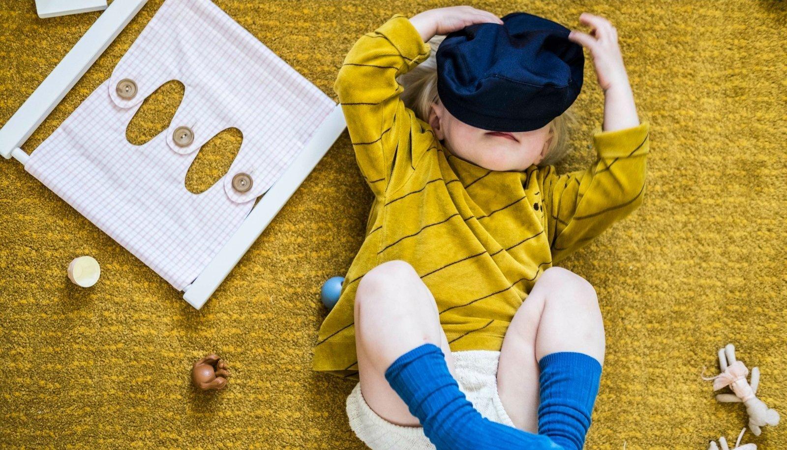 Kahene Bella uurib Montessori lelusid.