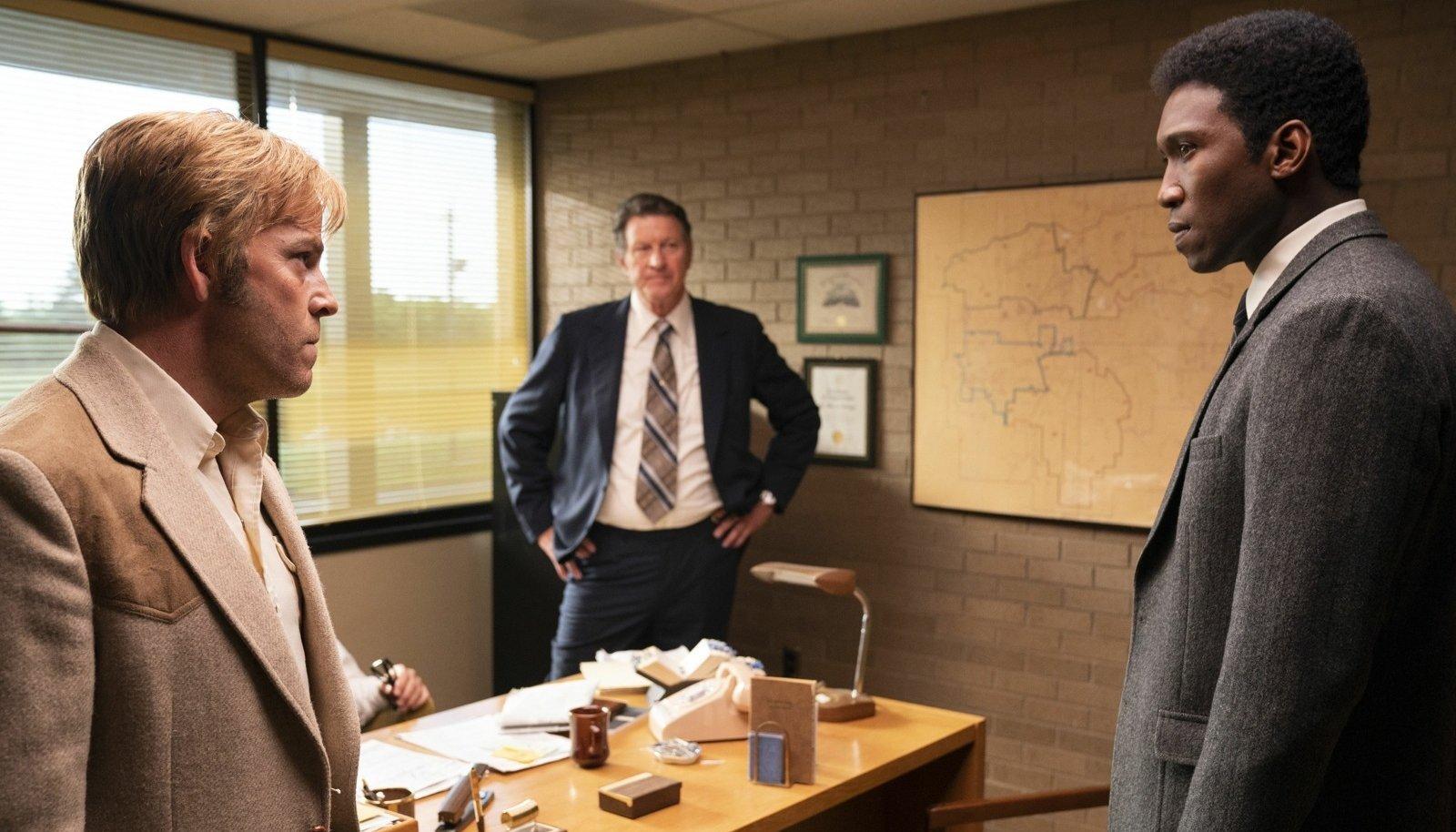 POLIITIKA SEKKUB JUURDLUSSE: Detektiivid Roland West (Stephen Dorff, vasakul) ja Wayne Hays (Mahershala Ali, paremal) peavad uurimises arvestama piirkonnaprokurör Gerald Kindti (Brett Cullen) poliitiliste motiividega.