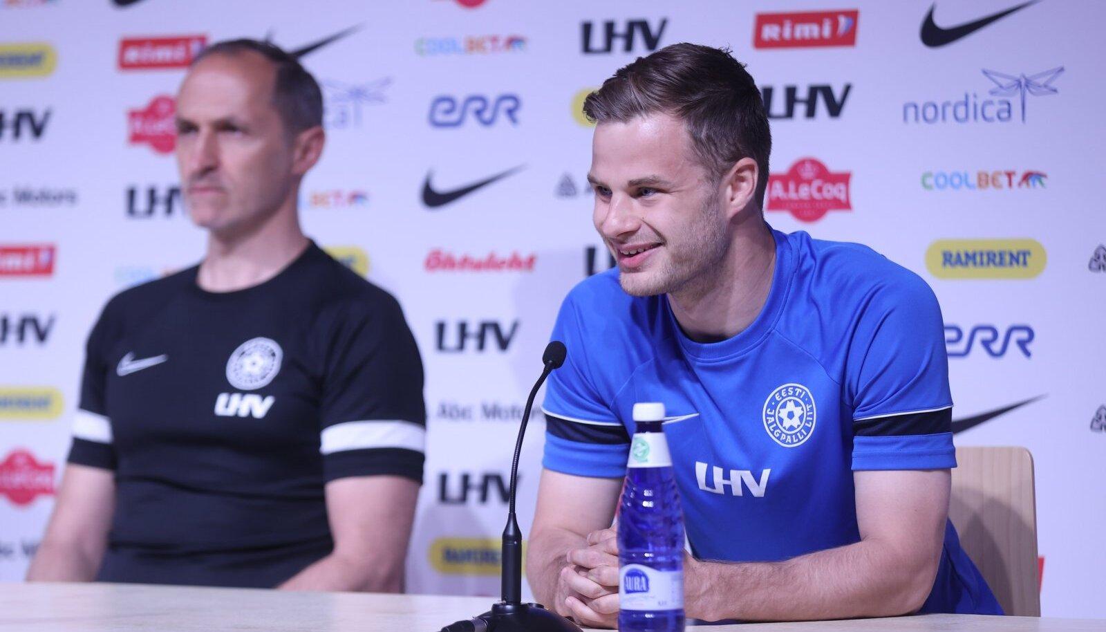Rauno Sappinen Eesti jalgpallikoondise pressikonverentsil.