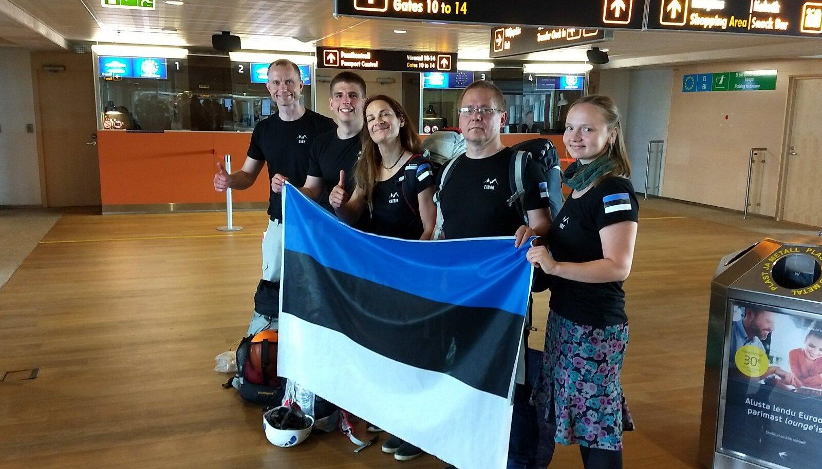 Eesti alpinistid enne sekluse algust Tallinna Lennujaamas, keskel Katrin Merisalu