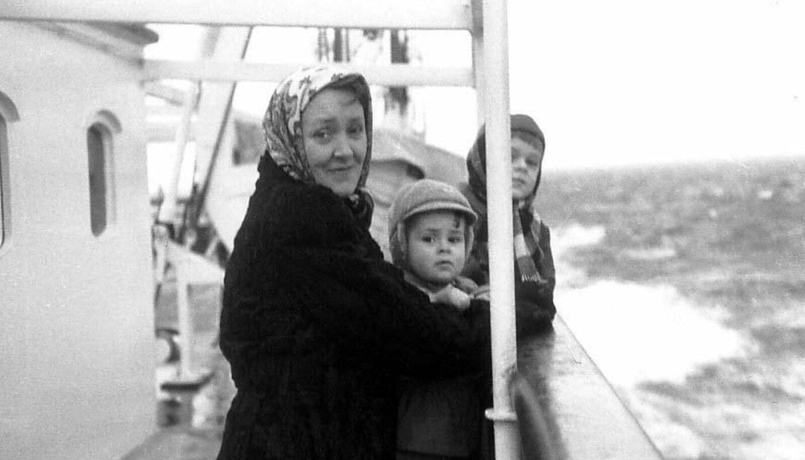 Rootsi folklaulja Birgit Ridderstedt 1950. aastal koos lastega teel USAsse.(Foto: Wikimedia Commons)