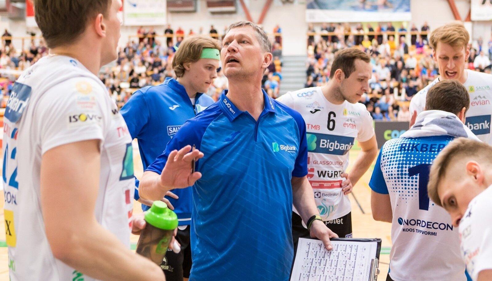 Meelis Kivisild, treener Andrei Ojamets ja teised Bigbanki mängijad peavad nõu.