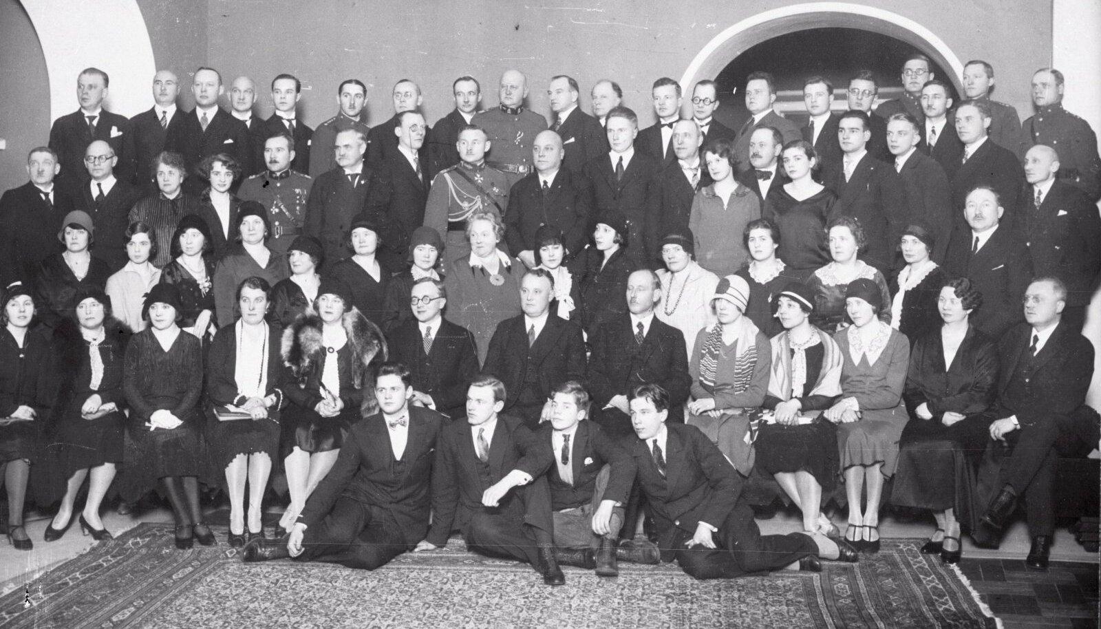 Klubi Centum sündis Eestis Konstantin Pätsi mõttest, et noor riik vajab oma eliiti. See eliit pidigi tekkima Centumi klubi ja selle sajakonna liikme ümber.