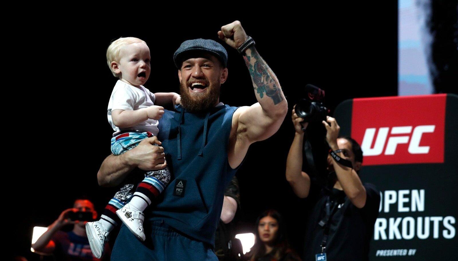 Conor McGregor avatud treeningul koos enda poja Conor Jack juunioriga.