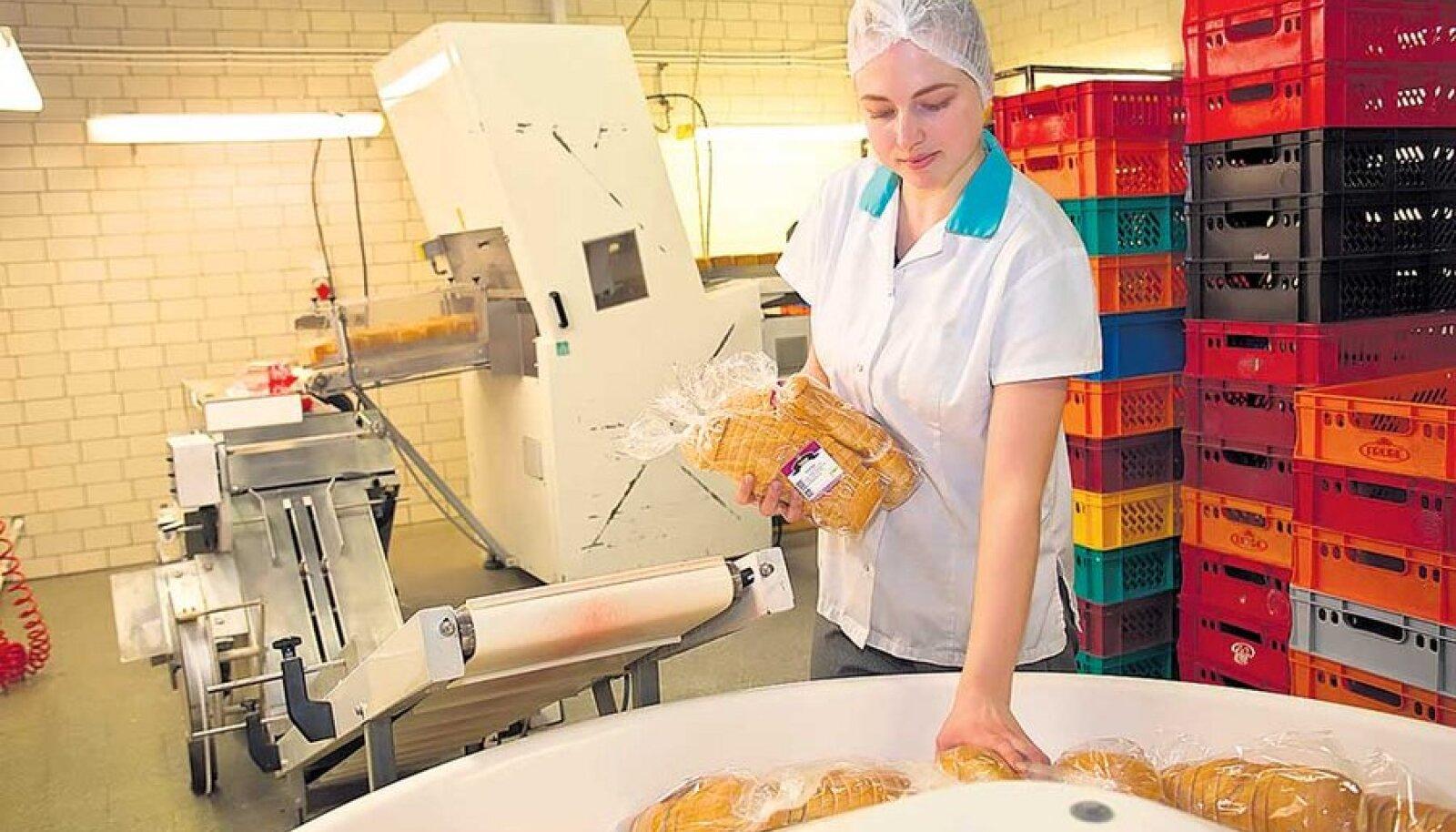 Grossi Toidukaupade töötaja Hanna Kolin ja Säästusai, mille nimi on ETK arvates seadusvastane.