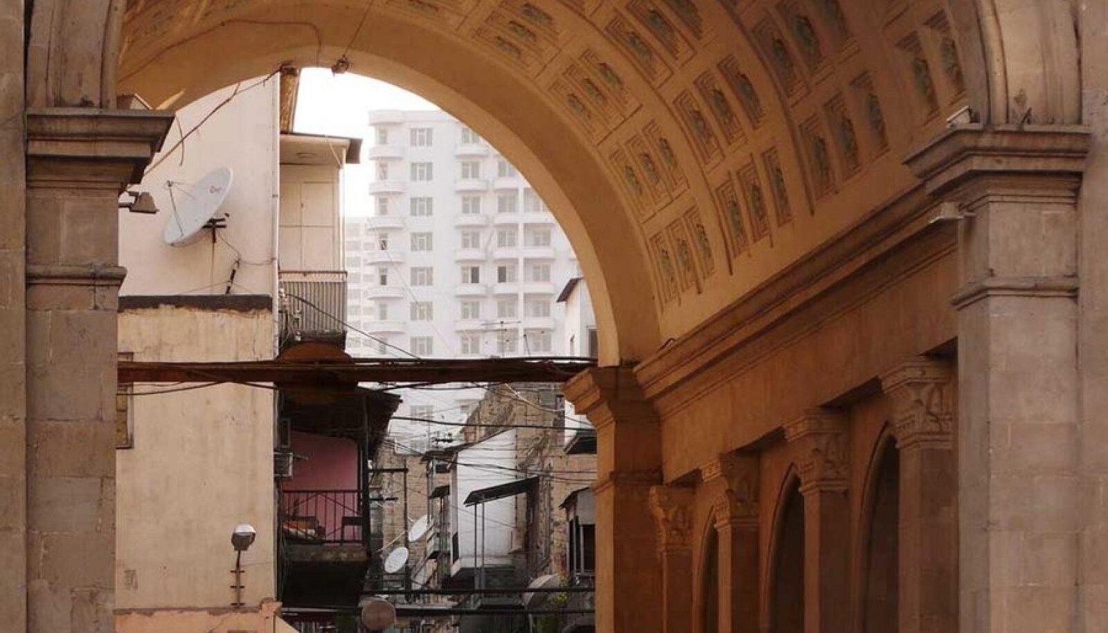 Aserbaidžaani prospekti palistavate hoonete taga pulbitseb argine Bakuu. (Foto: Villem Tomiste)