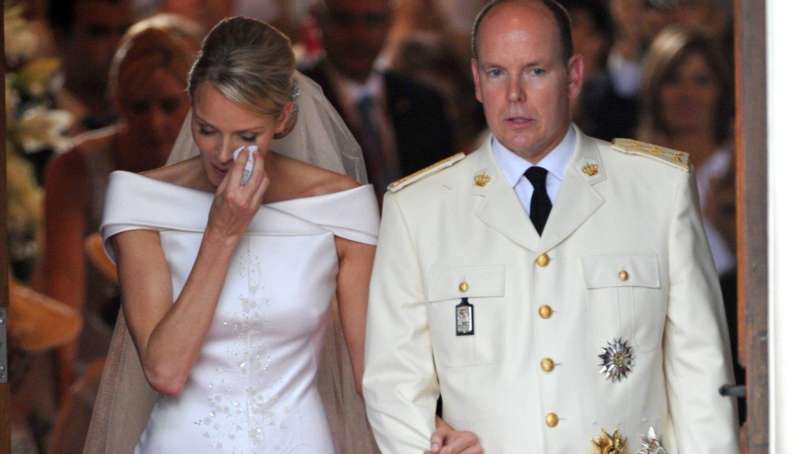 PISARAD PULMAPÄEVAL Printsess Charlene nuttis lohutamatult juba oma pulmatseremoonia ajal. Väidetavalt üritas ta Monacost põgeneda juba enne pulmi.