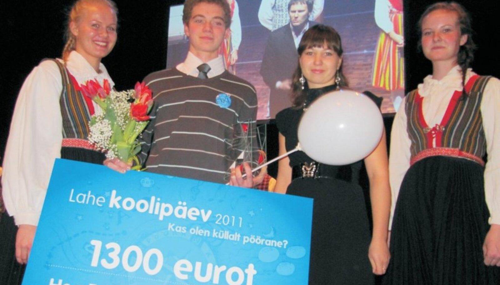Hea Eeskuju 2011 Erki Vellama ja kooli huvijuht Eveli Puntso õnnitlejate keskel