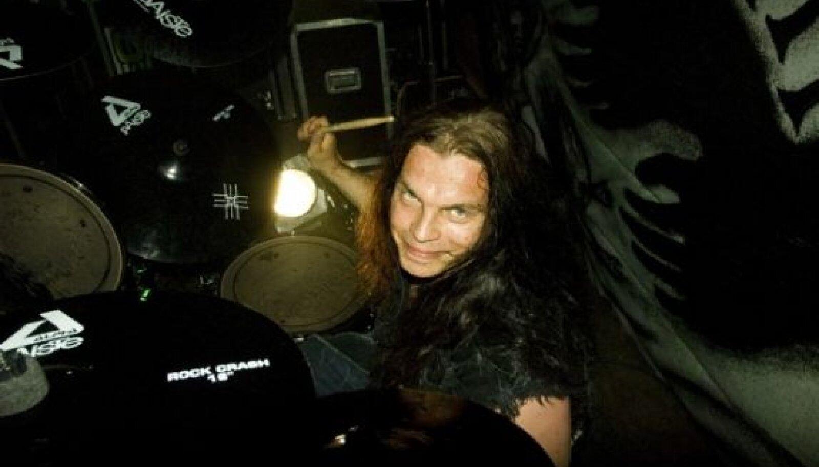 Metsatöllu trummar Marko Atso on kuldsete kätega nii trummide taga kui ka ehitustandril.