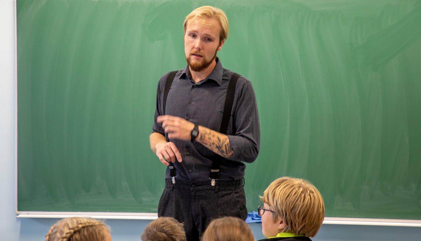 ET ÕPETAJAID JAGUKS: Inglise keele tund Kadrioru saksa gümnaasiumis. Klassi ees inglise keele õpetaja Rannar Park.