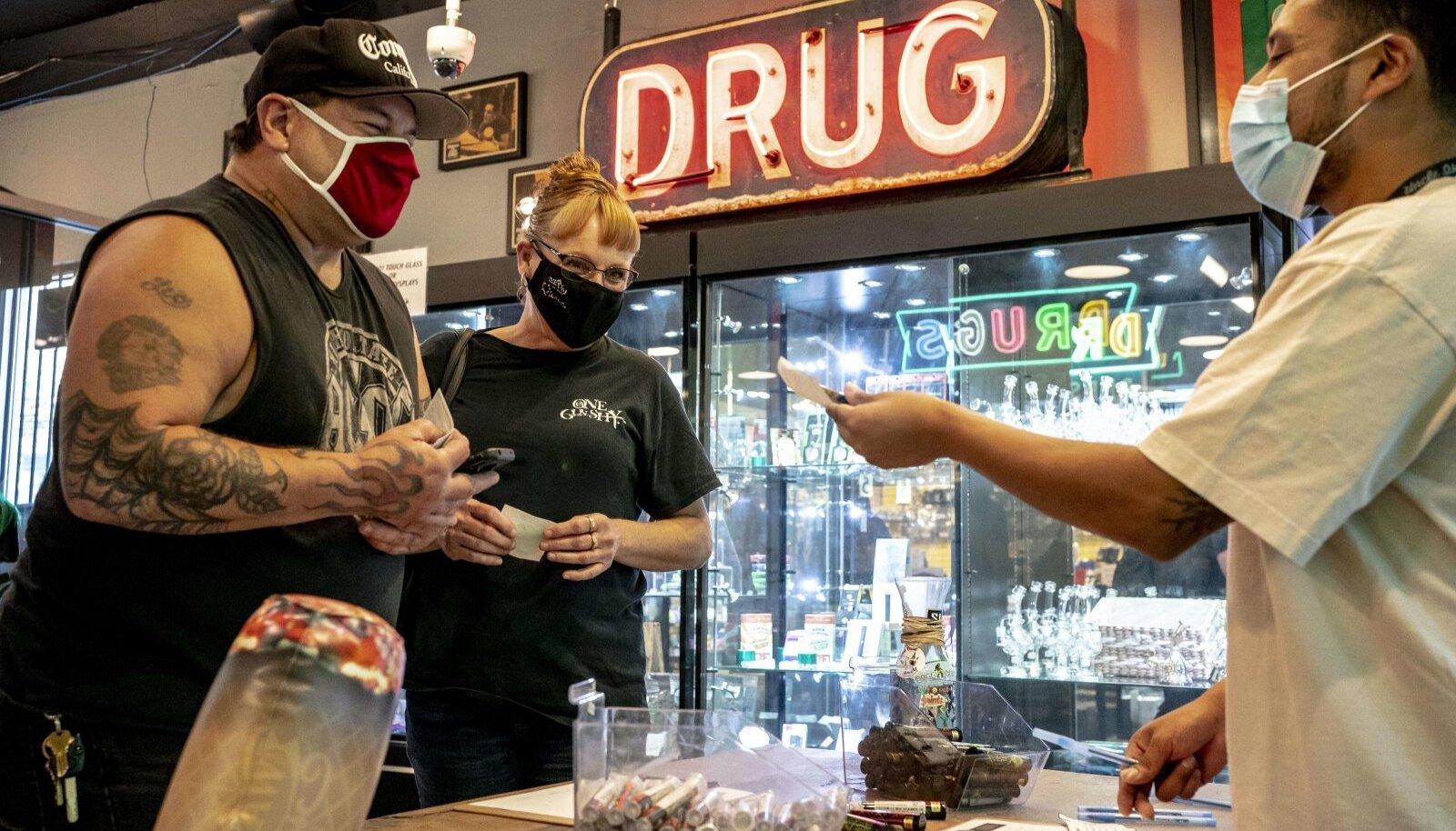 JOINT SUTSU EEST: Mike Faris and Linda Meyers saavad Seattle'i kanepipoest tasuta savu, mille andis neile koroonaviiruse vastu vaktsineerimise eest kliinik Joints4Jabs.