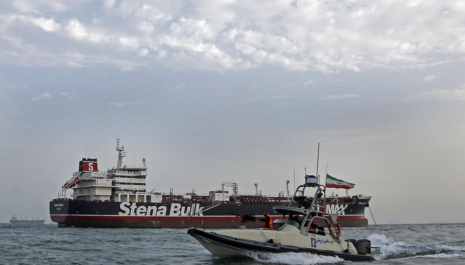 Iraani vägede kiirkaater Iraani poolt hõivatud Stena naftatankeri juures.