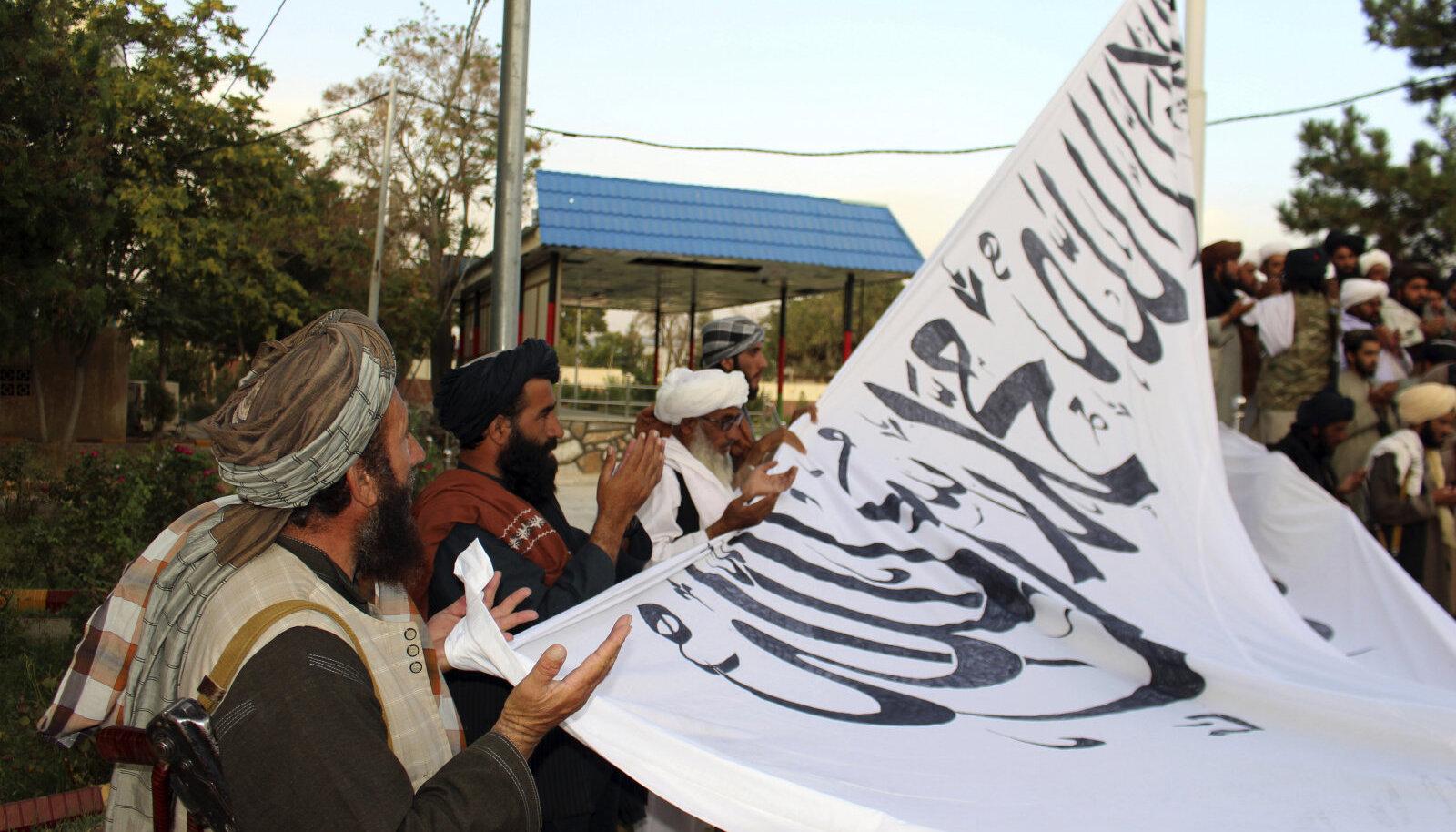 Talibani võitlejad sel kuul Ghaznī provintsis enne lipu heiskamist palvel.