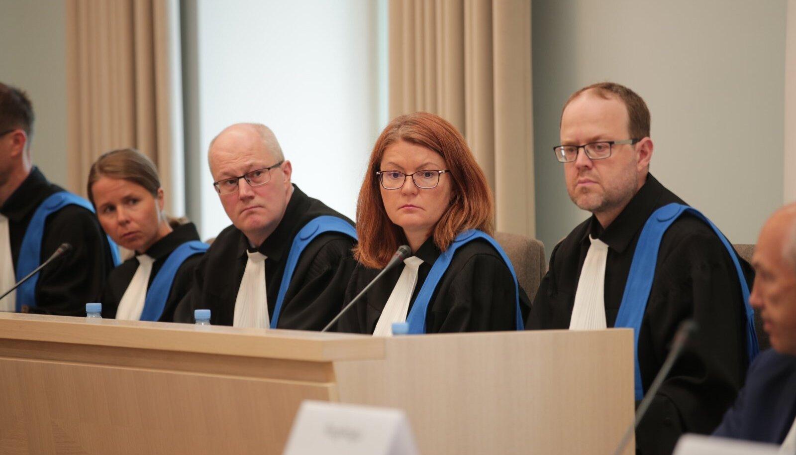 Riigikohtunikud Juhan Sarv (paremalt esimene) ja Kai Kullerkupp (paremalt teine) on ühed seitsmest, kes jäid pensionireformi otsuse osas eriarvamusele.