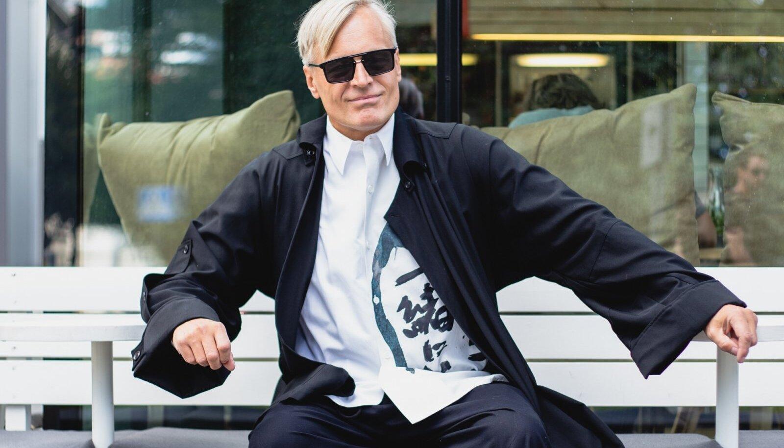 """LEMMIKDISAINER AASTATEKS Neeme Raud kandis saates """"Ringvaade"""" Yamamoto loomingut ja sai ohtralt komplimente."""