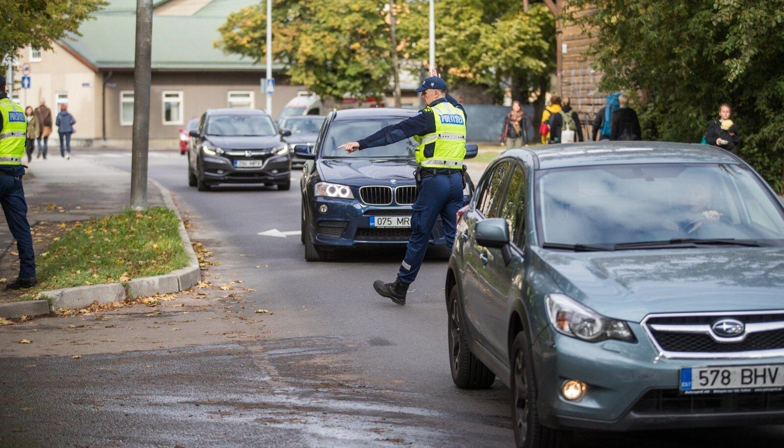 Fotokaamera ette jäänud autojuht suunati Suurtüki tänaval liiklusest eemale, et temaga edasi tegeleda ja liiklusvoogu mitte häirida.