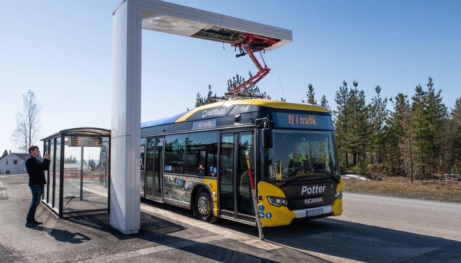 Scania elektribuss laeb akusid Östersundi linnaliini lõpp-peatuse pantograafi kaudu, mis annab kolmeminutilise seisuajaga juurde kümmekond kilomeetrit sõidumaad.