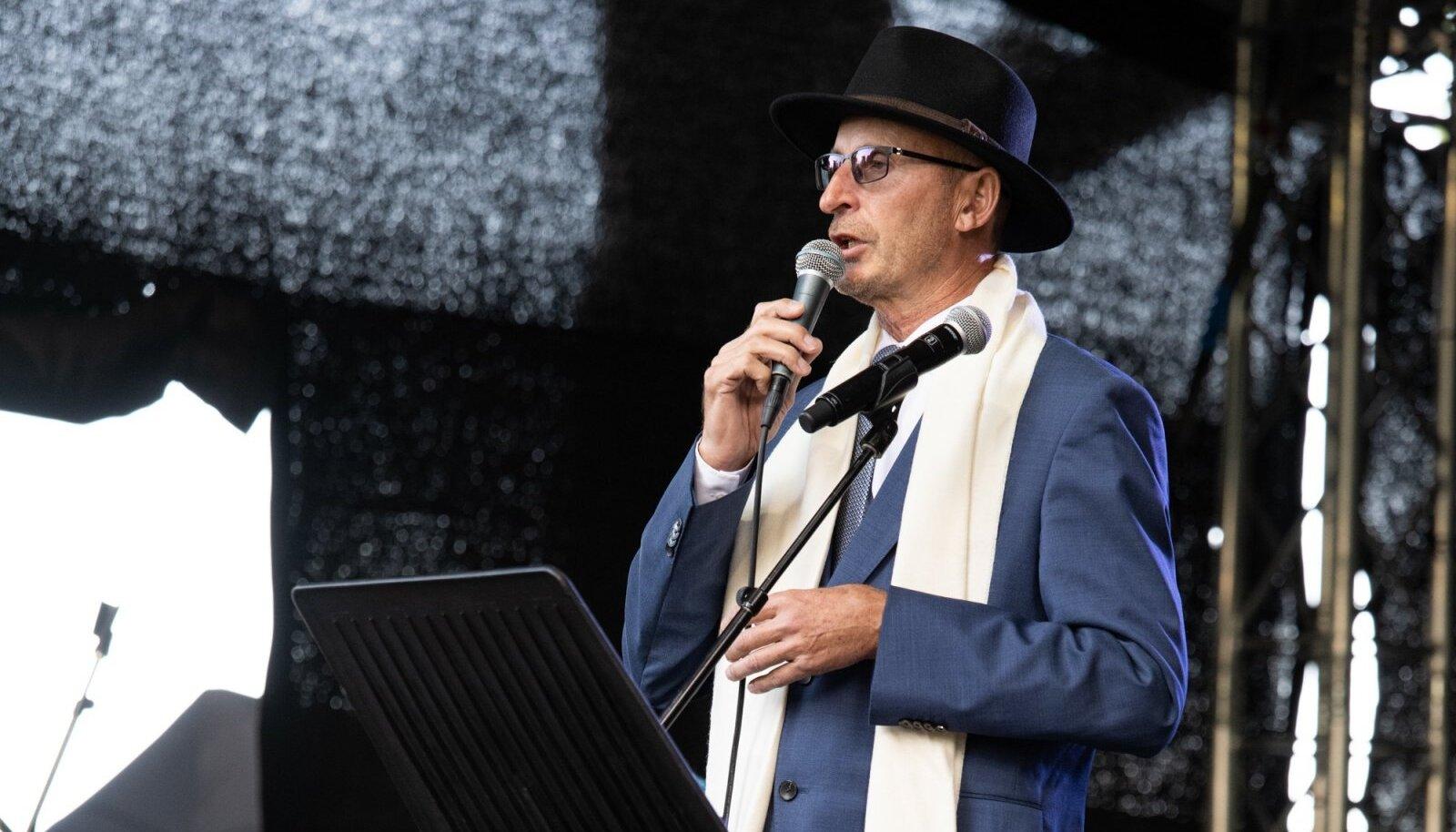 """PUBLIKU EES Ühe enda kirjutatud laulu, """"Kas ma Eestit unes nägin"""" esitas ka Viktor Siilats, keda publik tervitas vaimustunud hõigete ja ohtrate ovatsioonidega."""