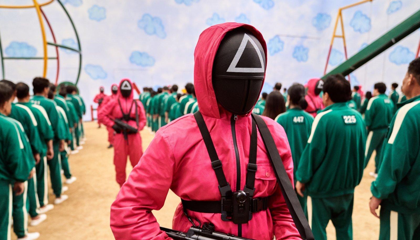Mängurid kandsid rohelisi dressikomplekte, punastes kostüümides seisavad relvastatud valvurid.